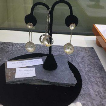 earing-display